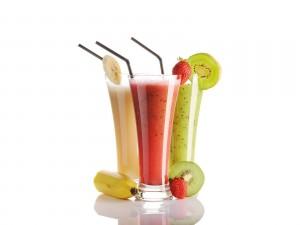 Exquisitos jugos de kiwi, plátano y fresas