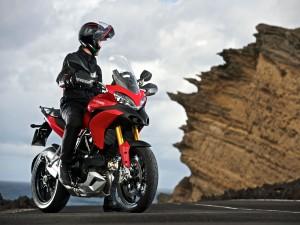 Hombre sobre una Ducati Multistrada