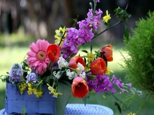Variedad de flores en una cesta