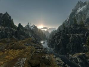 Río entre grandes montañas