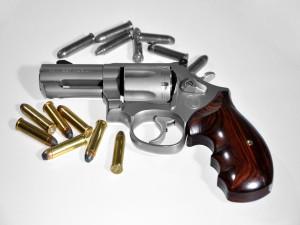 Balas y revolver