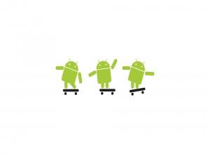 Tres robots de Android montando en skate