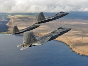 F-22 raptors sobrevolando la costa