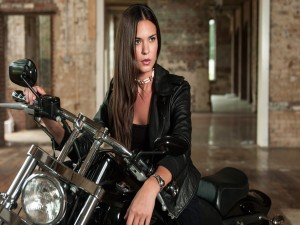 Odette Annable en una moto