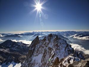 Sol brillando sobre las cumbres afiladas