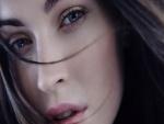 Mujer morena de ojos azules