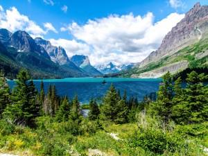 Hermoso lago entre montañas