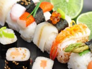 Plato con una variedad de sushi