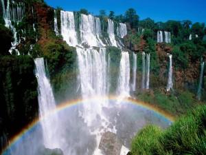 Arcoíris bajo las cascadas
