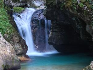 Cascada entre grandes rocas