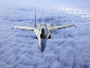 Sukhoi Su-35 volando sobre las nubes