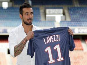 Ezequiel Lavezzi mostrando su camiseta del París Saint-Germain