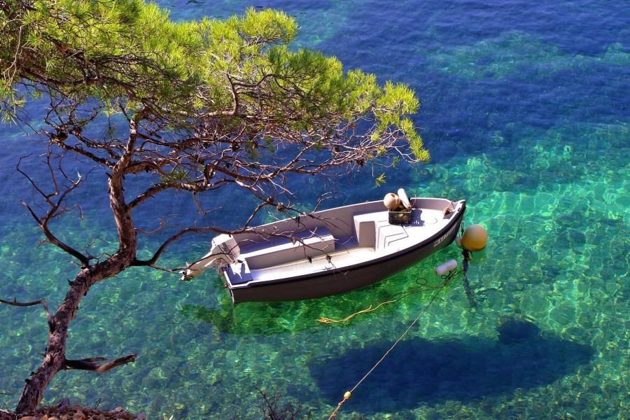 Bote en aguas transparentes