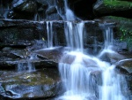 Agua cayendo sobre unas rocas