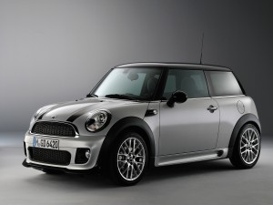 Un Mini Cooper de color gris