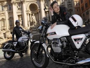 Pareja junto a sus motos Guzzi V7 Classic
