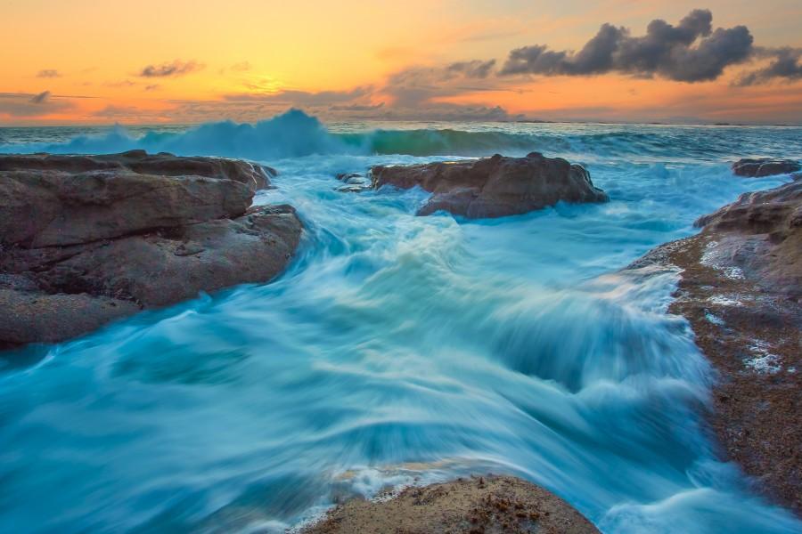Agua de mar entre las rocas