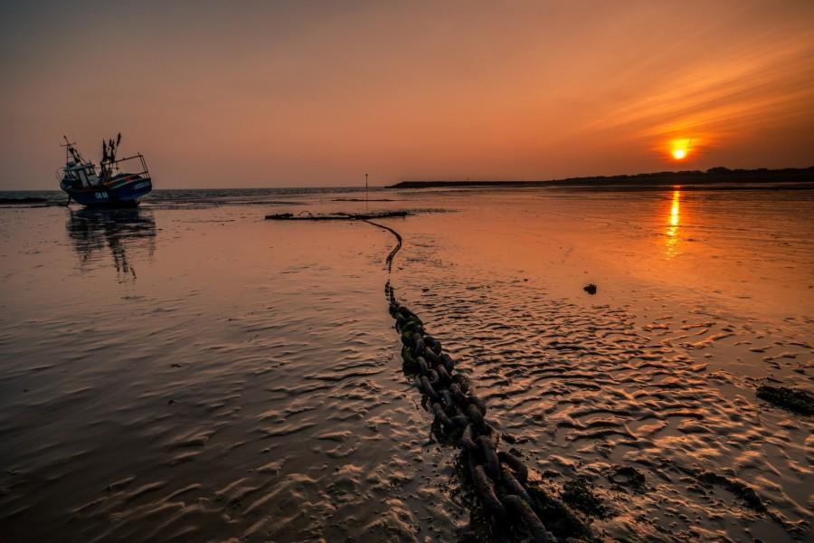 Barcaza en el mar a la hora del crepúsculo
