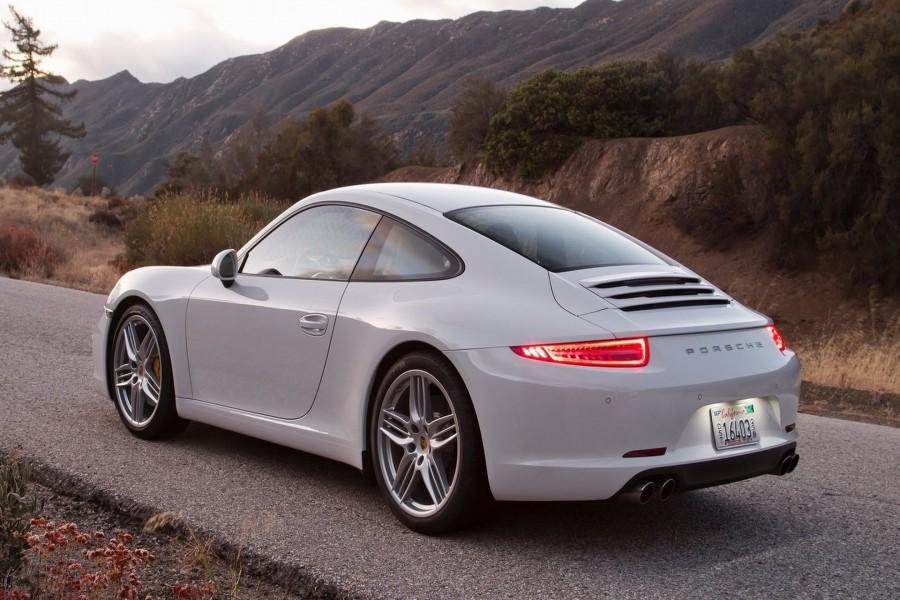 Porsche 911 Carrera S con las luces traseras encendidas
