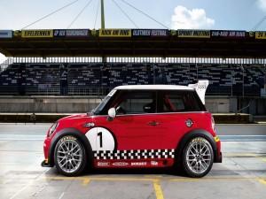 Mini Cooper en un circuito