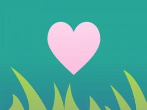 Corazón rosa sobre la hierba