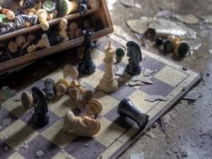 Juego de ajedrez abandonado