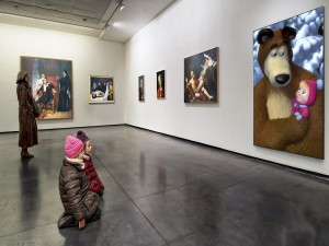 Niños observando cuadros en una galería
