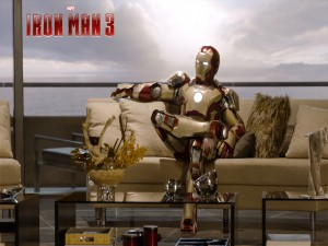 Iron Man relajado en el sofá (Iron Man 3)