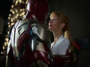 Iron Man abrazando a Pepper Potts (Iron Man 3)