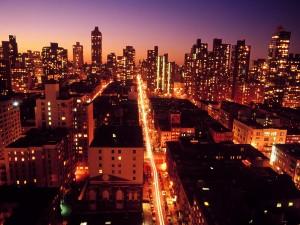 Luces en los edificios y calles de la ciudad