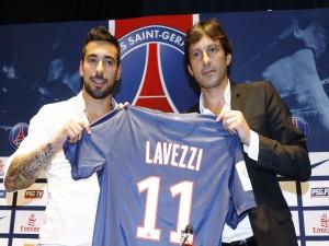 Lavezzi mostrando la camiseta del París Saint-Germain