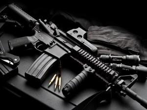 Armas sobre una mesa