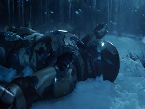Iron Man tumbado en la nieve (Iron Man 3)