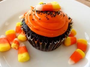 Cupcake y candy corn para festejar Halloween