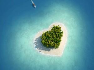Embarcación hacia una isla con forma de corazón