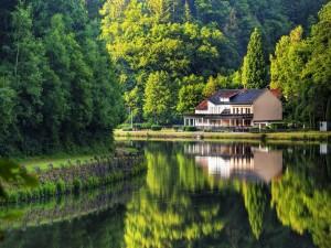 Espectacular casa a orillas del lago