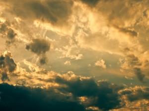 Nubes iluminadas por el sol al amanecer