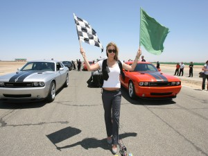 Carmen Electra dando la salida a una carrera de coches