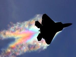 Avión de combate dejando una estela de humo