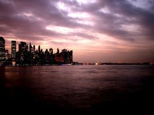 Nubes sobre una ciudad al amanecer