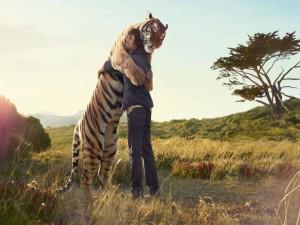 Tigre y hombre abrazados