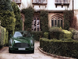 Vista frontal de un Aston Martin DB5 Speedback de color verde