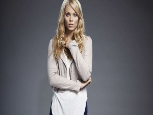 Laura Vandervoort con una chaqueta gris