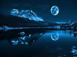 Luna azul sobre el lago