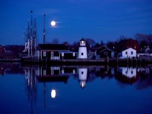 Luna sobre el puerto de Mystic (Connecticut)