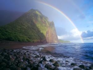 Un hermoso arcoíris en una playa