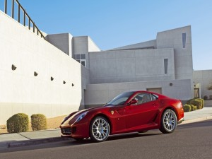 Ferrari 599 GTB rojo frente a una casa