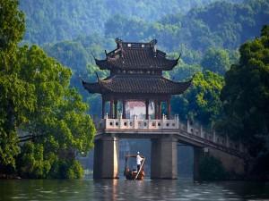 Navegando bajo un bonito puente oriental