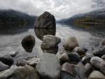 Rocas a orillas del lago Upper Waterton (Alberta, Canadá)