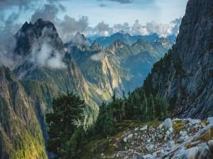 Nubes entre los picos de las montañas